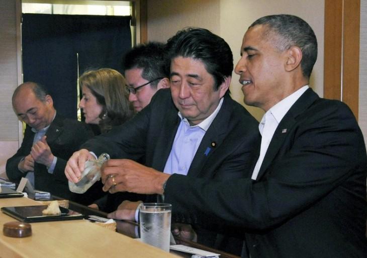 Obama cenando sushi en el Jiro class=
