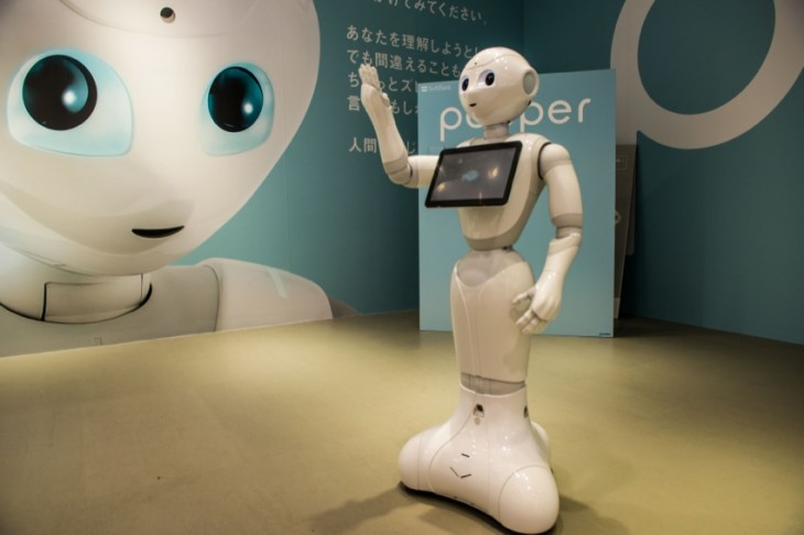 Un hombre ataca uno de los robots Pepper de Softbank class=
