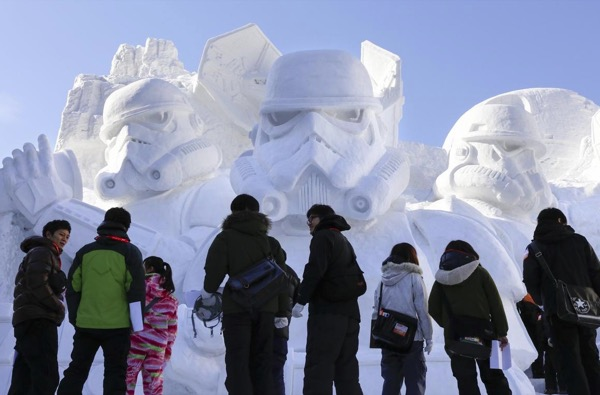 Estatua de Star Wars gigante en Sapporo class=