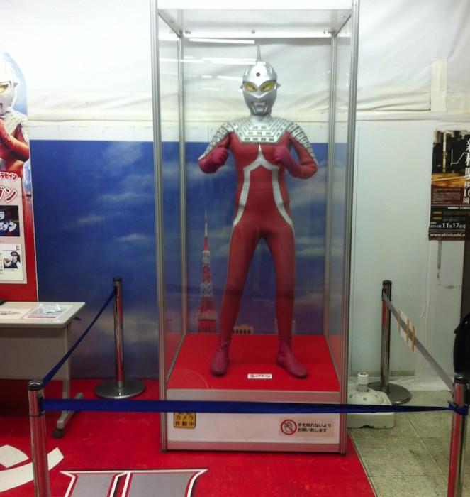Ultraman en estaciones de JR class=