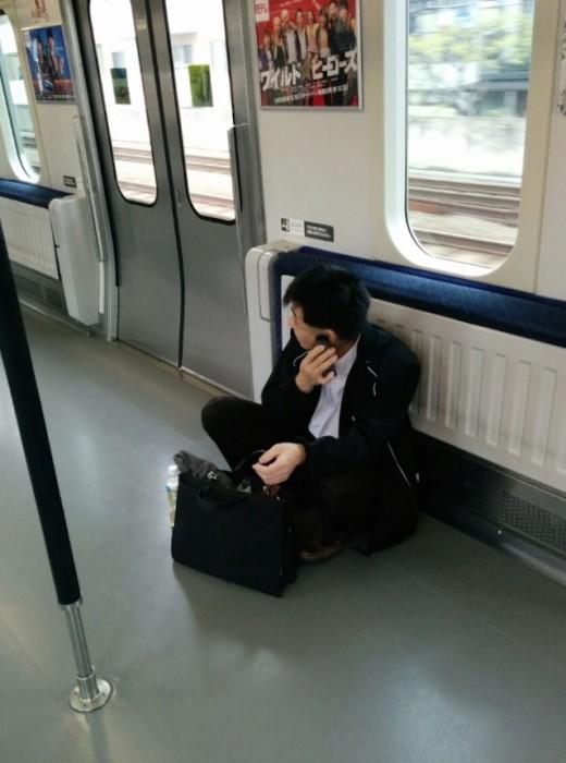 Afeitándose en el tren class=