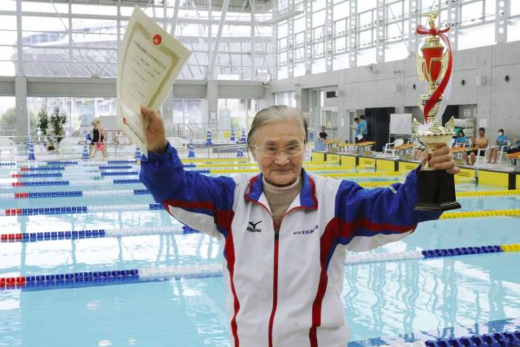 Centenaria rompe el récord de los 1500 metros nadando class=
