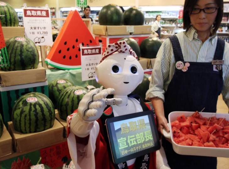 El robot Pepper promocionando sandías en un supermercado class=
