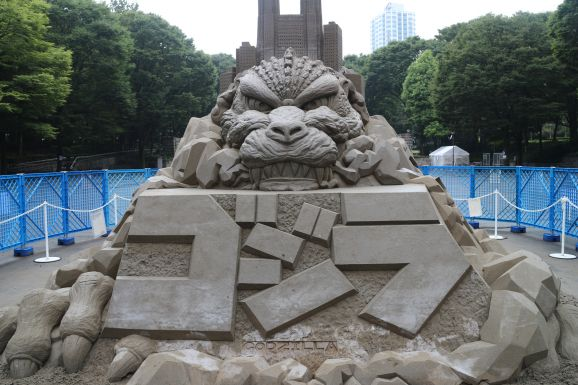 Godzilla de arena en Shinjuku class=
