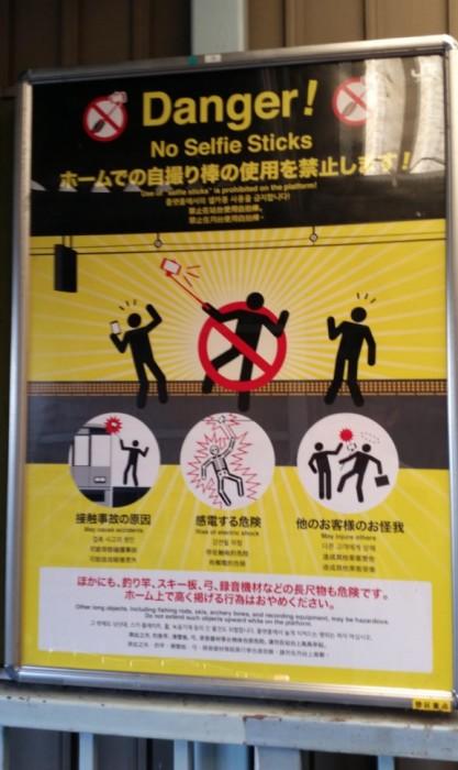Prohibido usar selfie sticks class=