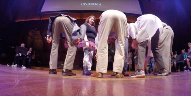 Las cosas se ven más pequeñas si nos inclinamos y miramos a través de nuestras piernas – Premio Ig Nobel class=